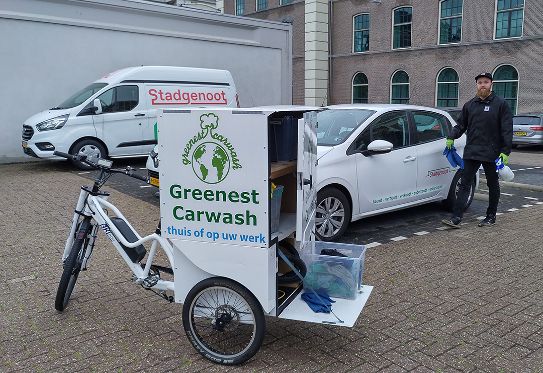 Greenest Cargo Bike cleaning cars for Stadgenoot